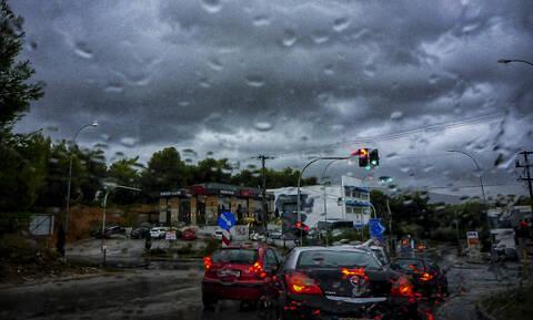 Καιρός ΤΩΡΑ: Ισχυρές καταιγίδες και χαλάζι «σαρώνουν» την Αττική