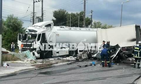 В Афинах в результате столкновения грузовиков погибли 2 человека