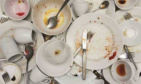 Τα 3 υλικά που διώχνουν την δυσοσμία από τα πιάτα (photos)