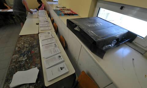 Δημοτικές εκλογές 2019 - Καλλιθέα: Άγνωστοι κατέστρεψαν όλα τα ψηφοδέλτια της Χρυσής Αυγής (pics)