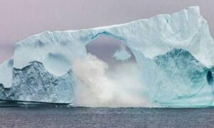 Η συγκλονιστική στιγμή που το πελώριο παγόβουνο γκρεμίζεται σαν χάρτινος πύργος! (vid)