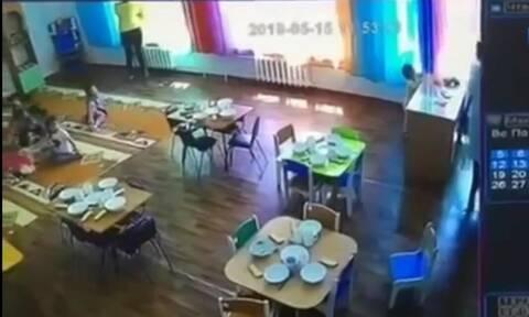 Σοκαριστικό ατύχημα σε παιδικό σταθμό - Παιδί έπεσε από το παράθυρο (vid)