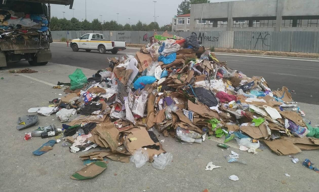 Λάρισα: Ο απίστευτος λόγος που γέμισαν σκουπίδια οι δρόμοι της Νεάπολης (pics)