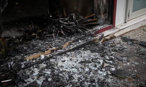 Νύχτα εμπρησμών στην Αθήνα: Έκαψαν ΑΤΜ και πέταξαν γκαζάκια στα γραφεία της ΝΔ
