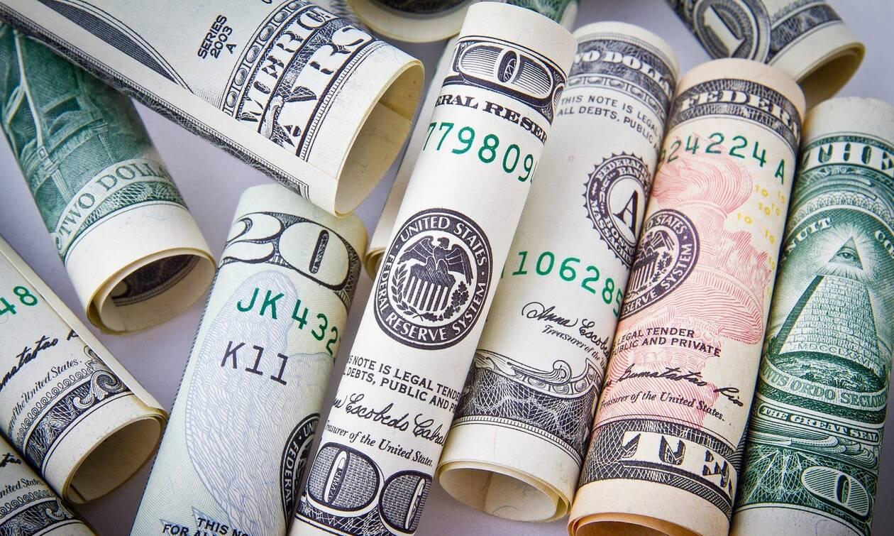 Δες ποιος δισεκατομμυριούχος μοιράζει λεφτά!