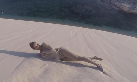 Νεαρή Βραζιλιάνα νοσοκόμα κυλιέται στην άμμο με καυτό μπικίνι και... ρίχνει το διαδίκτυο (video)