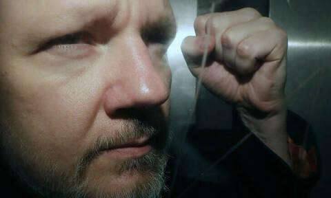 Η σουηδική εισαγγελεία ζήτησε την κράτηση του Ασάνζ για την υπόθεση βιασμού
