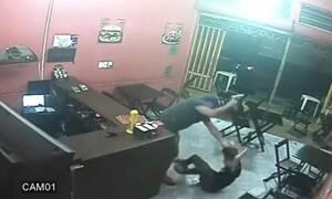 Απίστευτο! Αστυνομικός πλάκωσε ιδιοκτήτρια καφέ γιατί του έβαλε σως στο μπέργκερ (pics+vid)