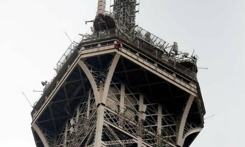 Γαλλία: Εικόνες που κόβουν την ανάσα με τον σκαρφαλωμένο άνδρα στον Πύργο του Άιφελ (pics)