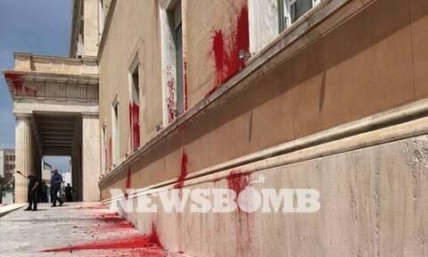 Καταδρομική επίθεση του Ρουβίκωνα στη Βουλή - Πέταξαν μπογιές και καπνογόνα (pics)