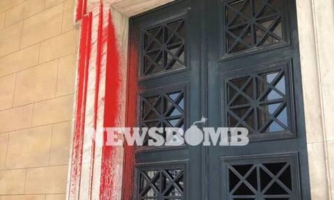 Επίθεση Ρουβίκωνα στη Βουλή: Οι εικόνες που κάνουν το γύρο του κόσμου (pics)