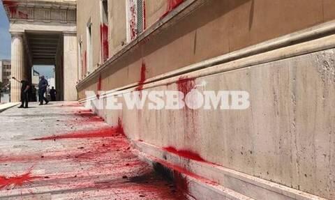 Βίντεο ντοκουμέντο: Η στιγμή της επίθεσης του Ρουβίκωνα στη Βουλή