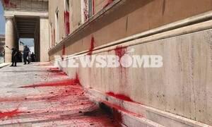 В Афинах представители радикальных движений забросали здание парламента банками с краской
