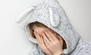 Νέα υπόθεση κακοποίησης ανηλίκων: Πήγε στο σχολείο με κουκούλα και έπαθαν ΣΟΚ όταν την έβγαλε