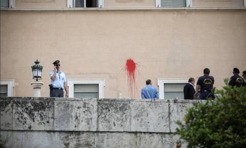 Επίθεση Ρουβίκωνα στη Βουλή: Ποινική δίωξη στον συλληφθέντα σε βαθμό κακουργήματος