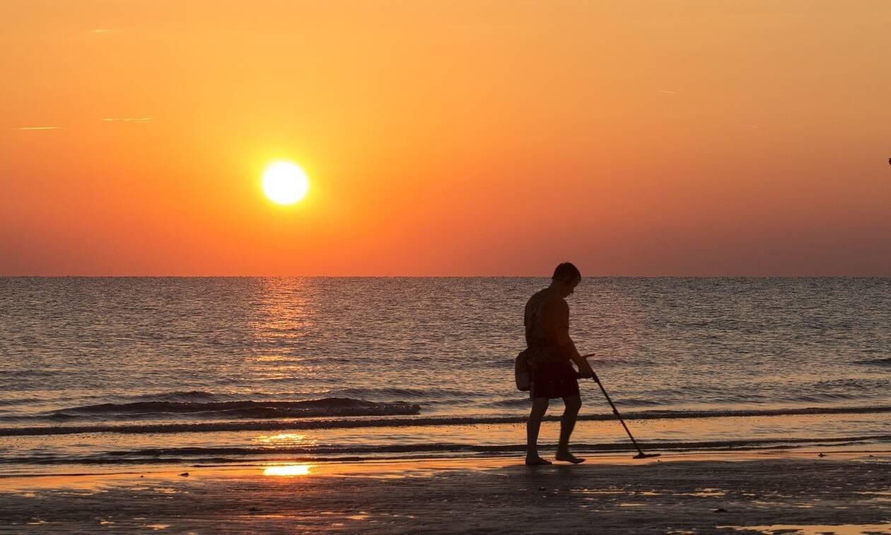 Χερσόνησος: Χειροπέδες σε ζευγάρι που έκανε βόλτα με ανιχνευτή μετάλλων σε... αρχαιολογική ζώνη!