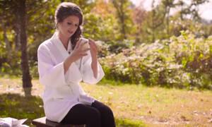 Η νύφη ανοίγει το δώρο του γαμπρού μέχρι που ένας εισβολέας τα χαλάει όλα (vid)