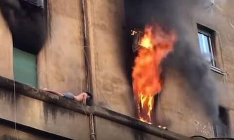 Ρώμη: Άνδρας κρεμάστηκε σε περβάζι για να σωθεί από φλεγόμενο διαμέρισμα (vid)