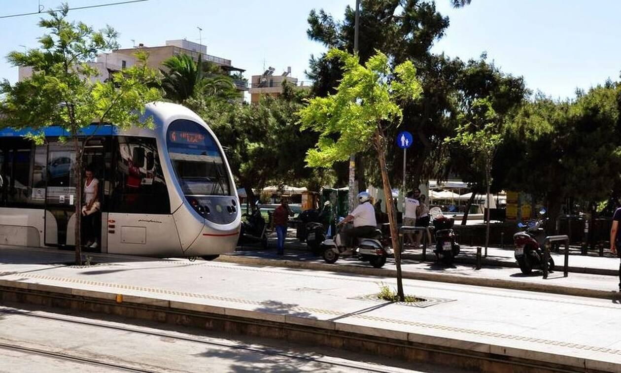 Απίστευτο: Μαθητές σκαρφάλωσαν στο εν κινήσει τραμ στη Νέα Σμύρνη (photo)