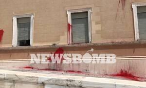 Ελεύθερο το μέλος του Ρουβίκωνα για την επίθεση με μπογιές στη Βουλή