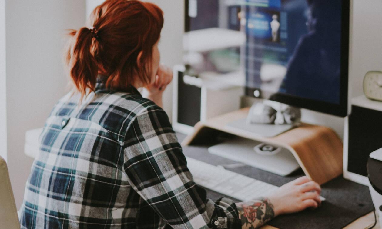 3 τρόποι για να κάθεσαι σωστά στο γραφείο ώστε να μην καταπονείς το σώμα σου