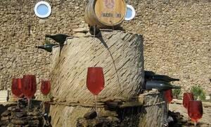 Τρομερό! Σιντριβάνι βγάζει όλη την ώρα κρασί! (pics+vid)