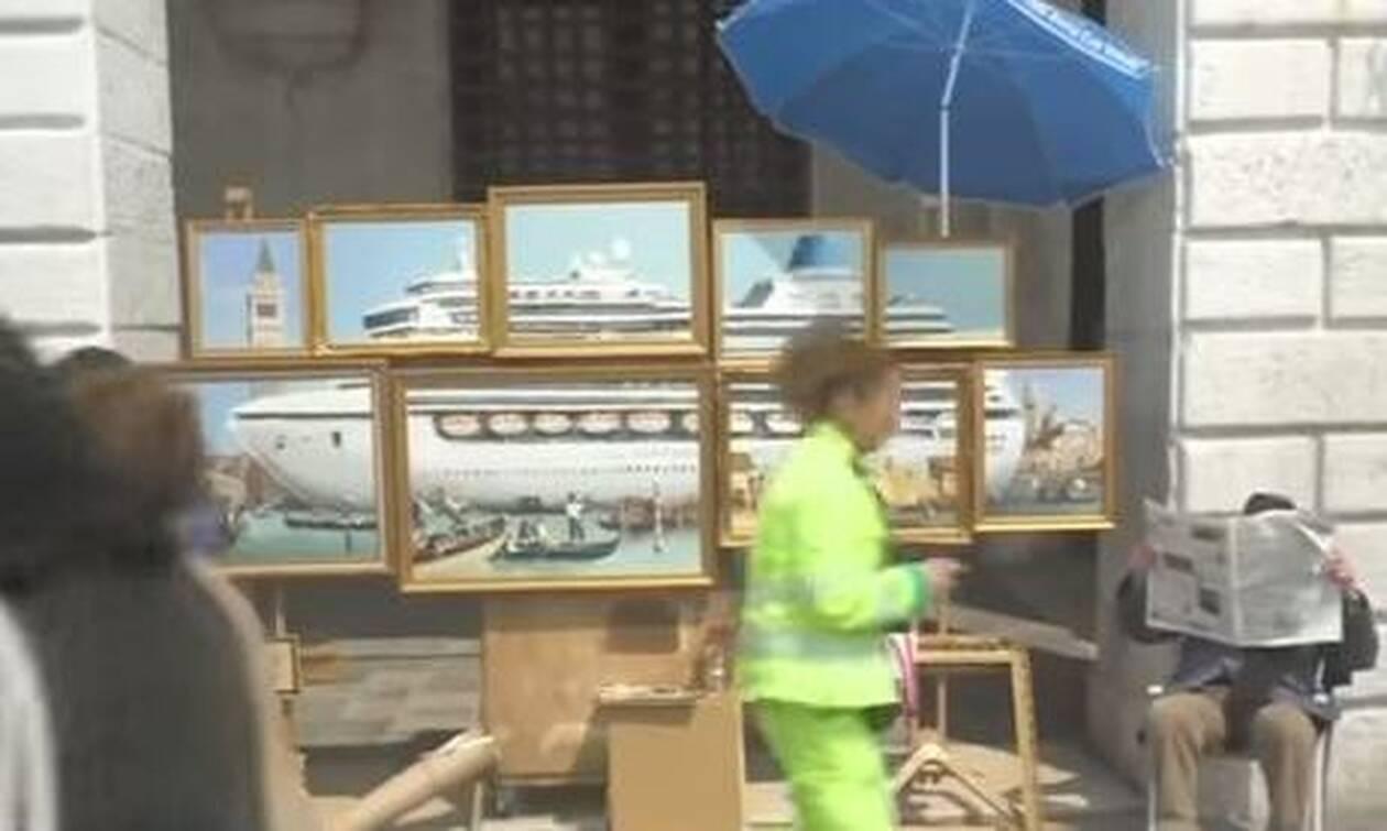 Βενετία: Πήγε στην Μπιενάλε χωρίς να τον πάρουν είδηση κι έστησε… παράνομο πάγκο! (vid)