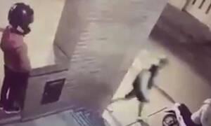 Μικρή «Ράμπο» χτύπησε τύπο που πήγε να κλέψει το μηχανάκι της μάνας της (video)