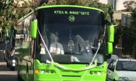 Απίστευτος γαμπρός πήγε στην εκκλησία με 14 λεωφορεία (video)