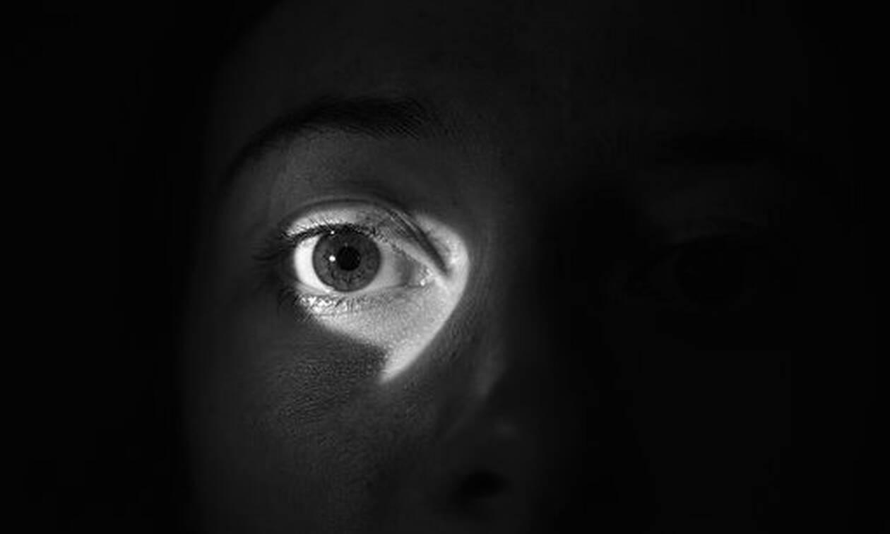 Θεία δίκη: «Κατασκόπευε» τους γείτονες και την πάτησε πολύ άσχημα – Δείτε τι έπαθε (pics)