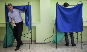 Εκλογές: 2019: Με το γιο του ψήφισε στην Κηφισιά ο Κυριάκος Μητσοτάκης – Απίστευτη ομοιότητα (pics)