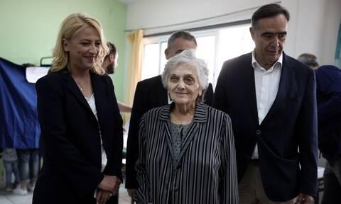 Στο Αιγάλεω μαζί με τη μητέρα της, ψήφισε η Ρένα Δούρου