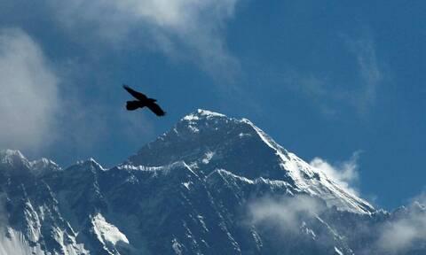 Τραγωδία: Ορειβάτης έχασε τη ζωή του κατά την κατάβαση από το Έβερεστ