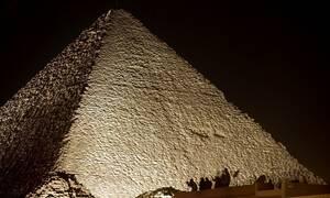 «Πυραμίδες» στο φεγγάρι: Φωτογραφία της NASA βάζει «φωτιά» στους συνωμοσιολόγους (vid)