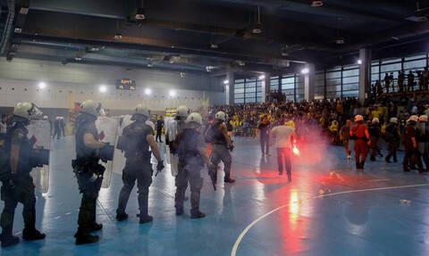Χαμός στο ΑΕΚ-Ολυμπιακός: Διεκόπη ο αγώνας μετά από εισβολή οπαδών