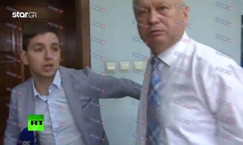 Ρώσος αξιωματούχος ξυλοφορτώνει δημοσιογράφο που του έκανε «άβολη» ερώτηση (vid)
