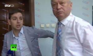 c6f8e2a3570 Ρώσος αξιωματούχος ξυλοφορτώνει δημοσιογράφο που του έκανε «άβολη» ερώτηση  (vid)