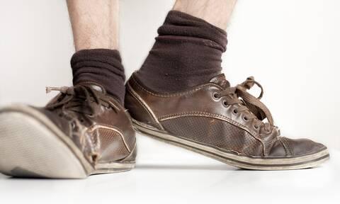 To δίλημμα του καλοκαιριού: Παπούτσια με ή χωρίς κάλτσες; (vids)
