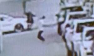 Ασύλληπτο: Περαστικός πιάνει 2χρονο αγοράκι που πέφτει από τον πέμπτο όροφο (vid)