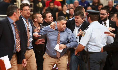 Χάος στο ΑΕΚ - Προμηθέας, προπονητής αρπάχτηκε με οπαδούς!