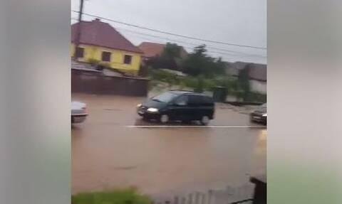 Σαρωτικές πλημμύρες στη Ρουμανία - Κάτοικοι ανέβηκαν στις στέγες των σπιτών τους (vids)