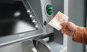 Χρεώσεις «φωτιά» στα ΑΤΜ: Δείτε πόσα θα μας κρατάνε για αναλήψεις μετρητών