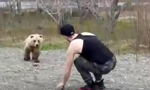 Έκανε τον μάγκα στην αρκούδα αλλά στη συνέχεια έτρεχε να σωθεί! (pics+vid)