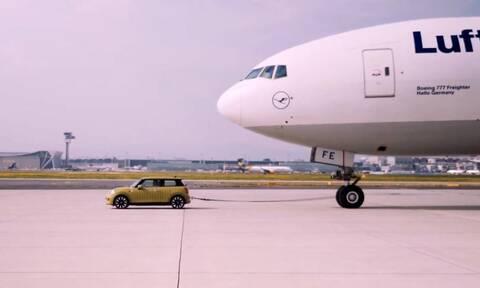 Μπορεί ένα ηλεκτρικό Mini να τραβήξει ένα Boeing;