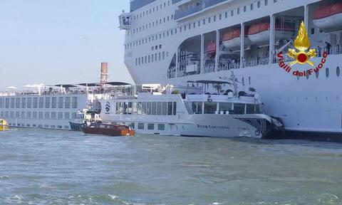 Βενετία: Κρουαζιερόπλοιο συγκρούστηκε με σκάφος – Πέντε τραυματίες (pics+vids)