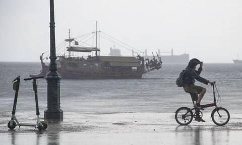 Καιρός: «Άνοιξαν» οι ουρανοί στη Θεσσαλονίκη - Ισχυρή καταιγίδα σάρωσε την πόλη (pics)