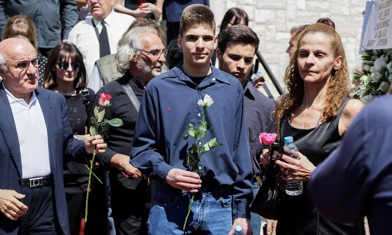 Κηδεία Ευριπιώτη: Συντετριμμένη η οικογένειά του στο τελευταίο «αντίο» (pics)