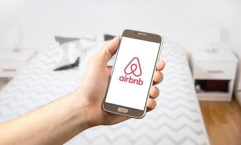Οργή για ιδιοκτήτρια Airbnb που ρώτησε Αφροαμερικανούς «ποιος πίθηκος θα κοιμηθεί στον καναπέ»
