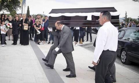 Γιώργος Ξενίδης: Σπαραγμός στην κηδεία του ποδοσφαιριστή - Συντεριμμένοι οι πρώην συμπαίκτες του
