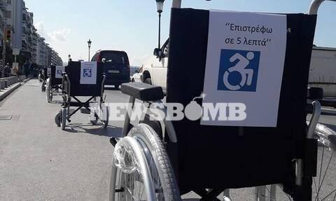 Θεσσαλονίκη: Αναπηρικά αμαξίδια σε θέσεις πάρκινγκ – Μήνυμα προς ασυνείδητους οδηγούς
